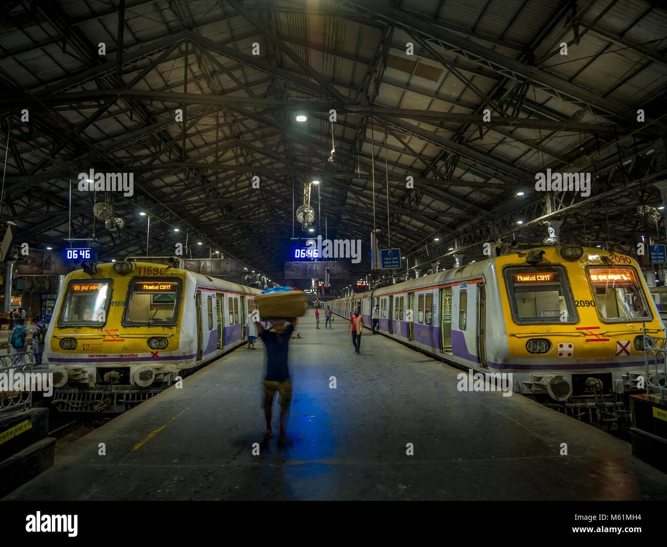 Mumbai, Inde - Février 18,2018: personnes non identifiées à l'intérieur de la Gare Chhatrapati Shivaji sur février 18, 2018 à Mumbai, Inde Banque D'Images