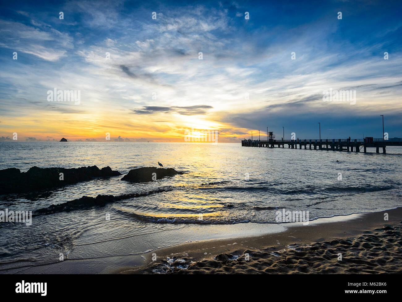 Fiery spectaculaire lever du soleil à Palm Cove Cairns, Plages du Nord, Extrême Nord du Queensland, Australie, Photo Stock