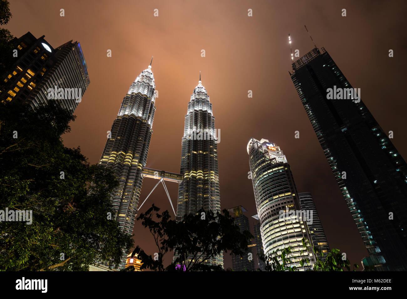 KUALA LUMPUR, MALAISIE, le 15 décembre 2017: vue majestueuse de Petronas Twin Towers dans la nuit avec Photo Stock