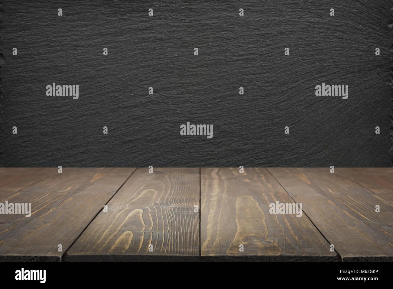 Résumé fond cuisine. Table en bois vide et noir tableau ardoise pour ...