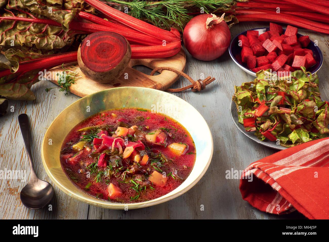 Arrière-plan de l'alimentation au printemps avec de la betterave rouge soupe aux légumes. Ingrédients: Photo Stock