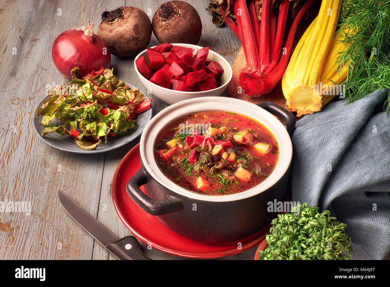 Arrière-plan de l'alimentation du printemps à la soupe aux légumes. Ingrédients: racine Photo Stock