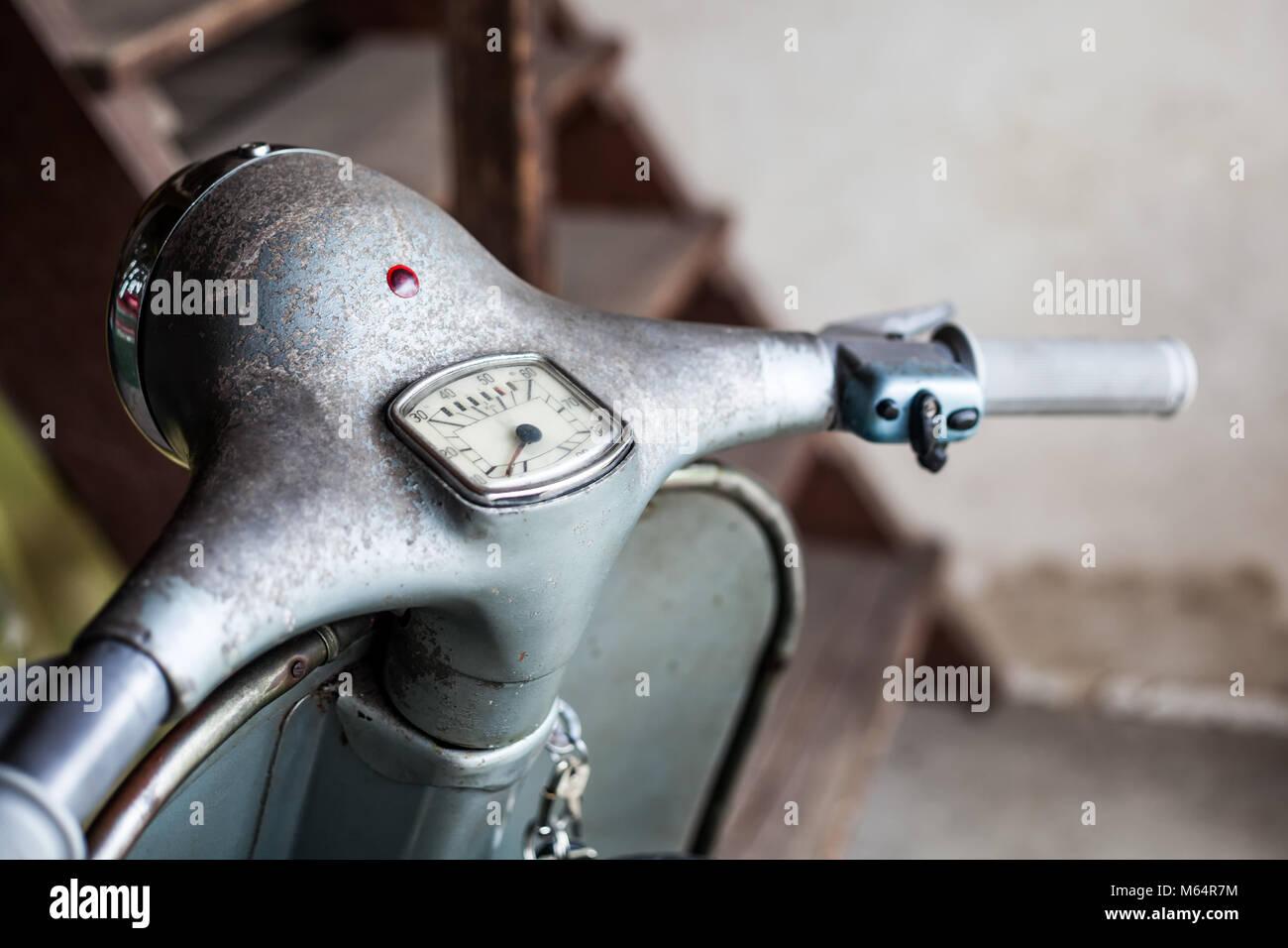 Guidon avec compteur de vitesse et le commutateur de trouver de vieilles grange bleu-gris rouillé, peinture d'origine moto scooter italien Banque D'Images