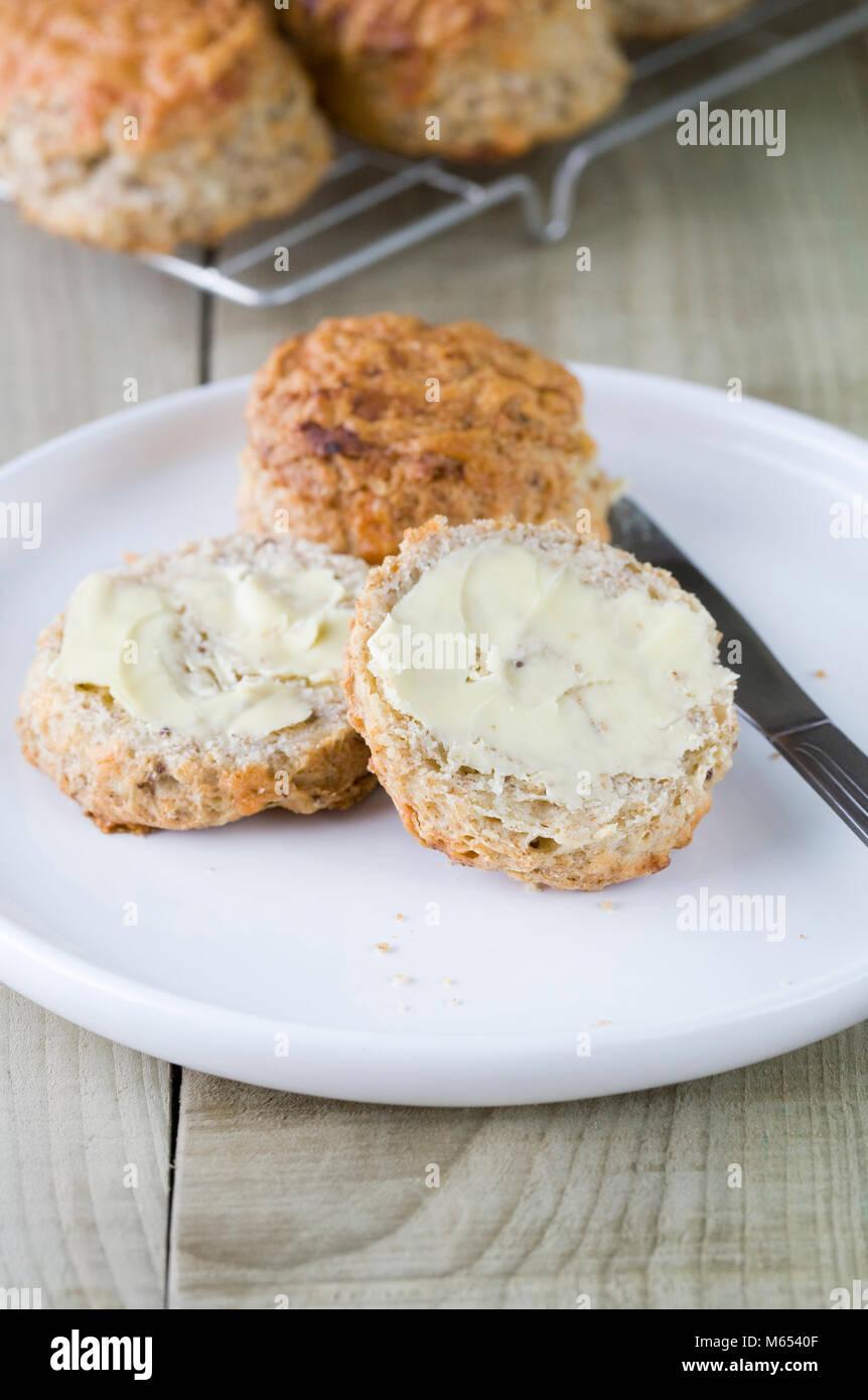 Des scones fraîchement cuits fromage beurre. Photo Stock