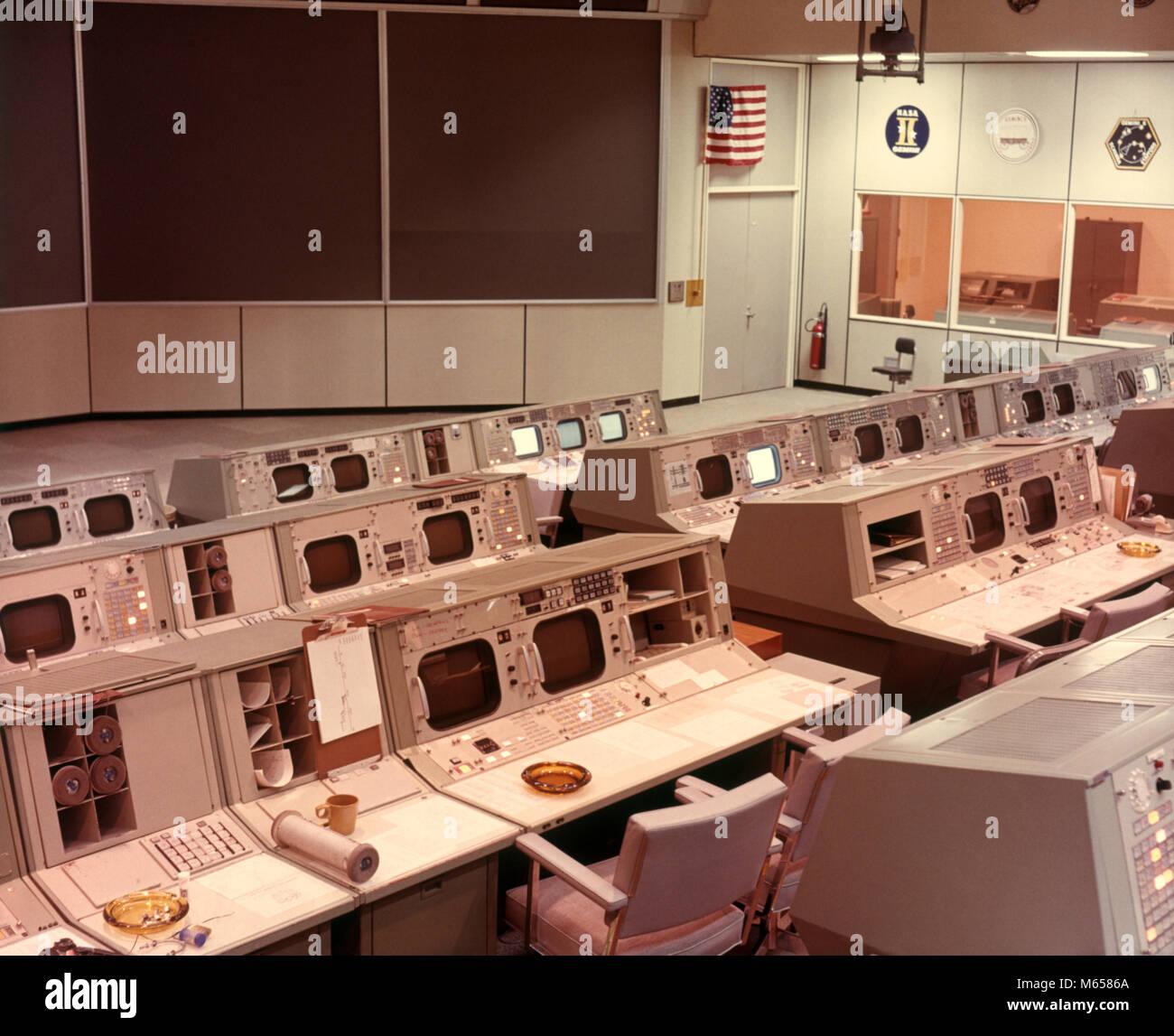 1970 NASA ORDINATEUR VIDE DANS LA SALLE DES COMMANDES ET DES MONITEURS POUR L'EXPLORATION DE L'ESPACE ET Photo Stock