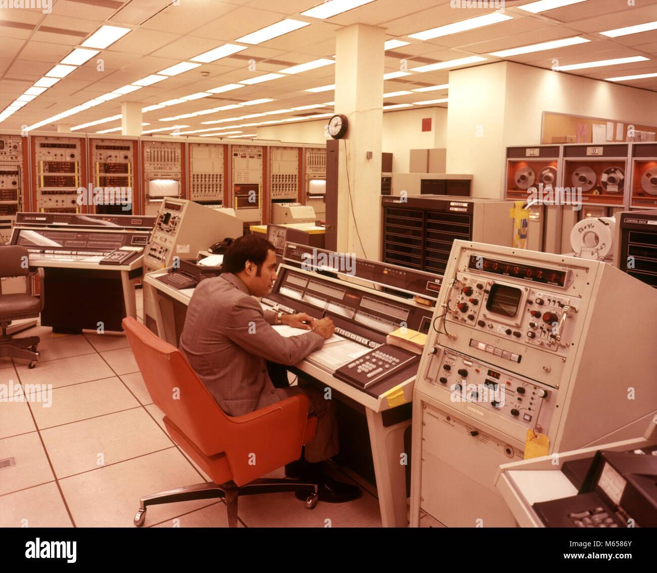 1970 LATINO MAN DE CONTRÔLE DE L'ORDINATEUR DE L'EXPLORATION SPATIALE DE LA NASA ORDINATEURS TEXAS Photo Stock