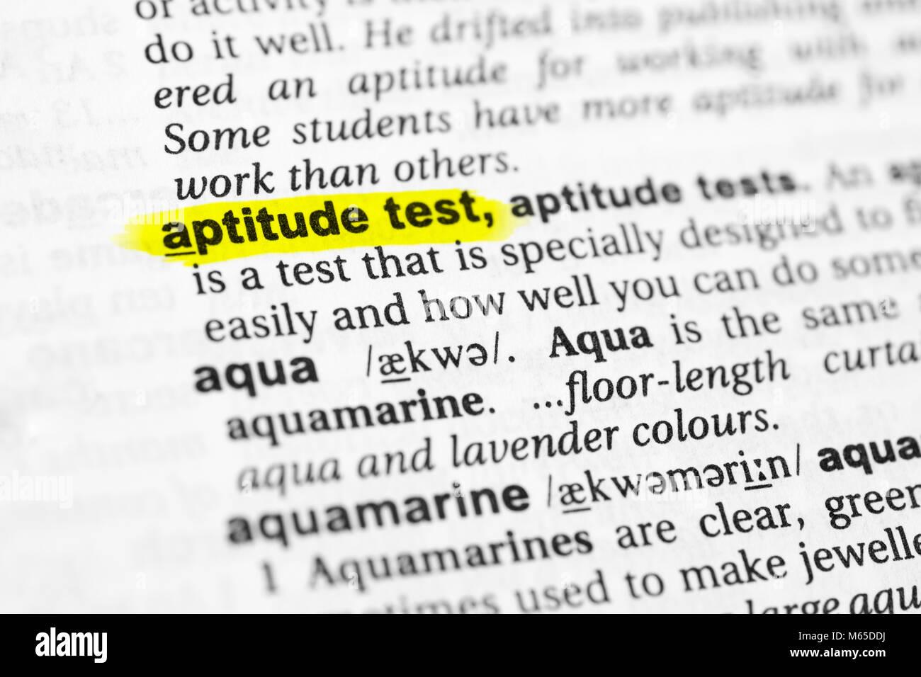 Souligné mot anglais 'aptitude test' et sa définition dans le dictionnaire. Photo Stock