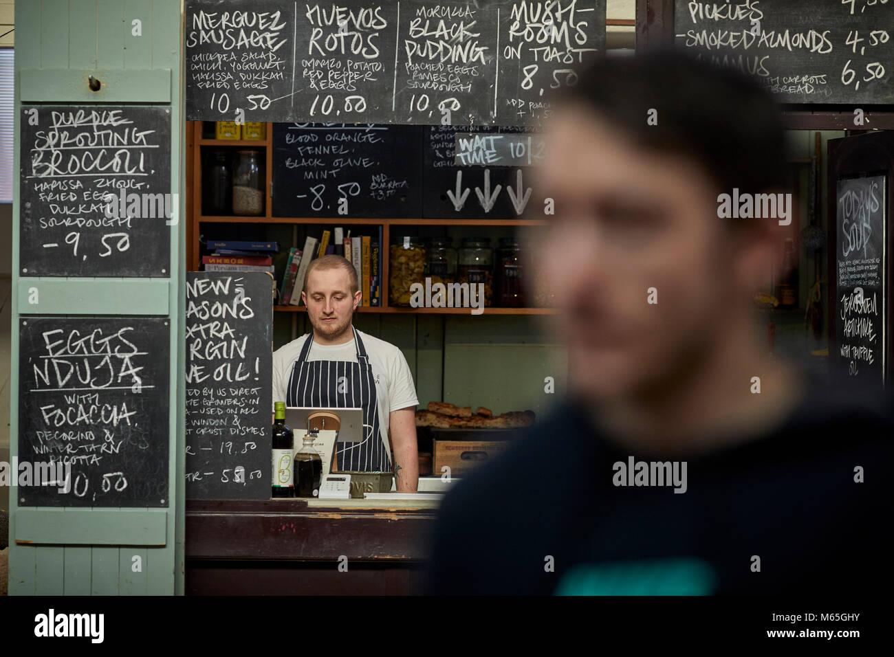 Café Maison du marché dans le décrochage du marché classé Grade II maison dans le centre-ville de Altrincham, Cheshire. Une destination alimentaire chargé et passionnant Banque D'Images