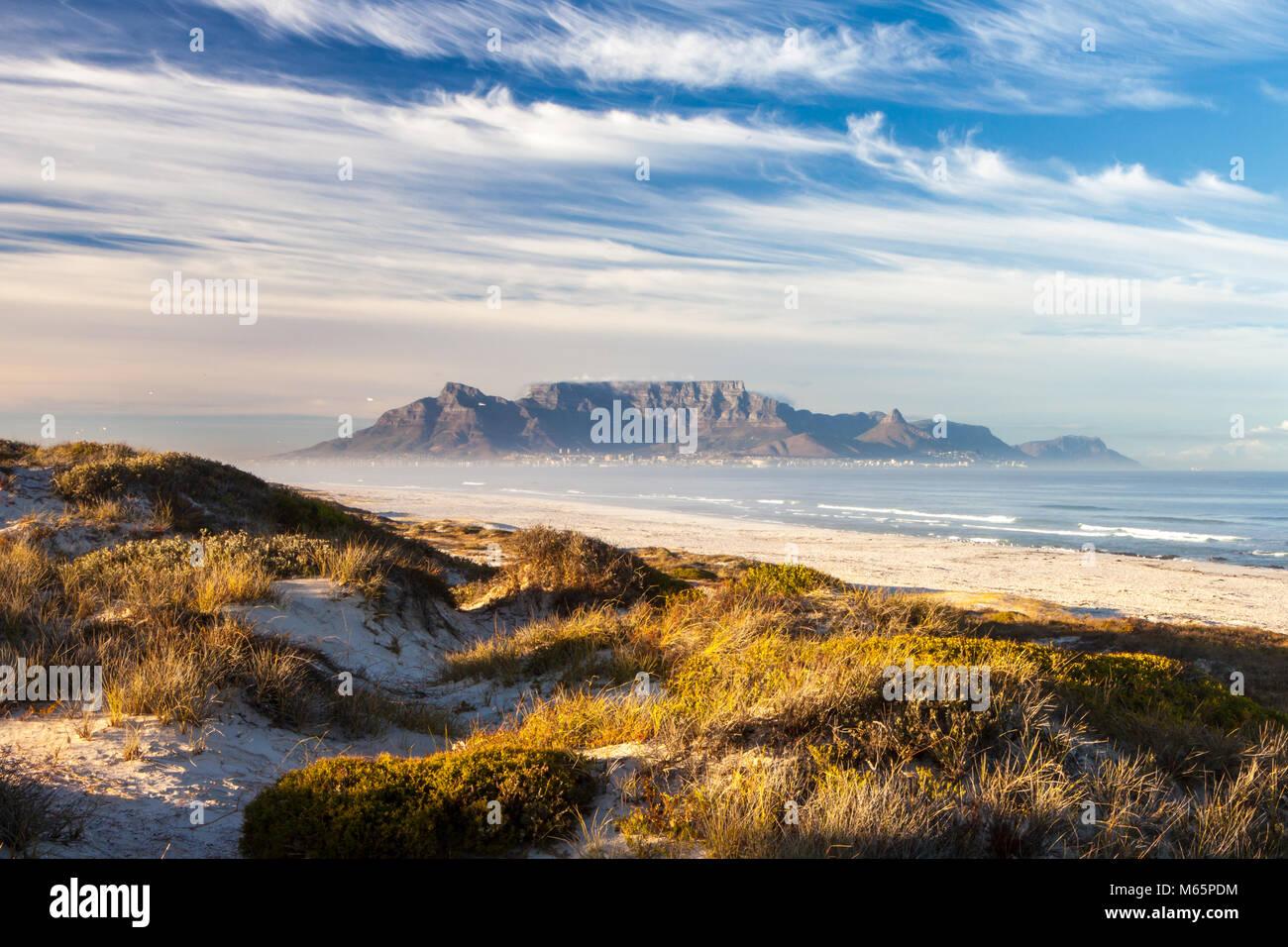 Vue panoramique sur la montagne de la table au Cap en Afrique du Sud, du blouberg Photo Stock