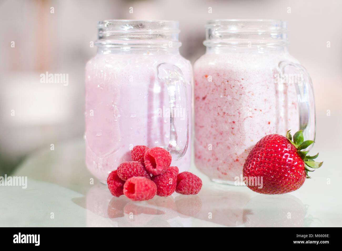 Smoothie lait fraise dans un bocal en verre, de bien-être et poids loos concept. Banque D'Images