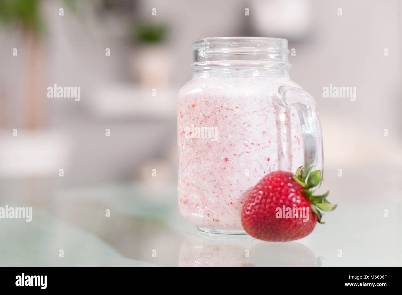Smoothie lait fraise dans un bocal en verre, de bien-être et poids loos concept. Photo Stock