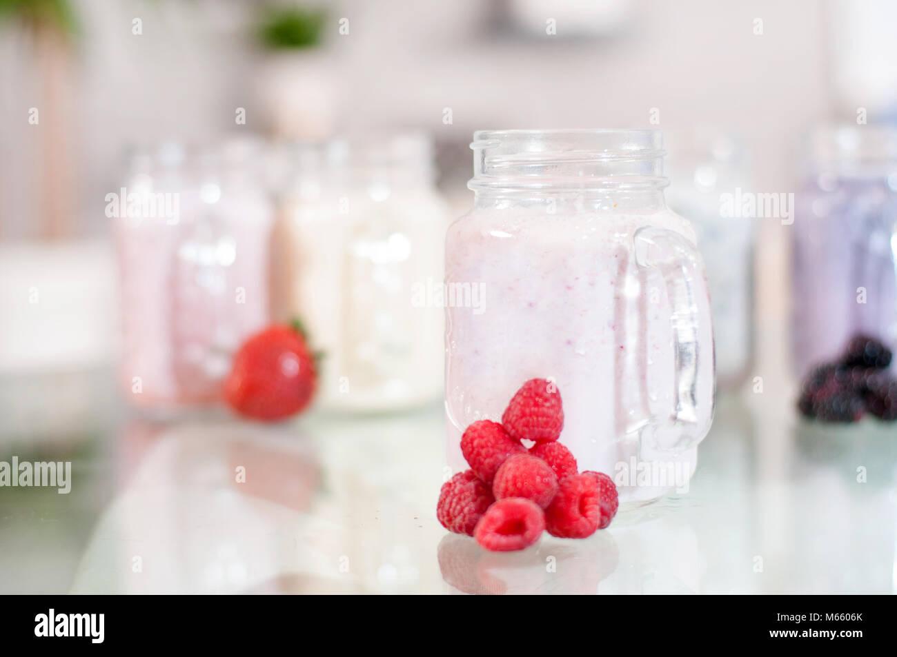 Berry smoothie lait dans un bocal en verre, de bien-être et poids loos concept. Photo Stock