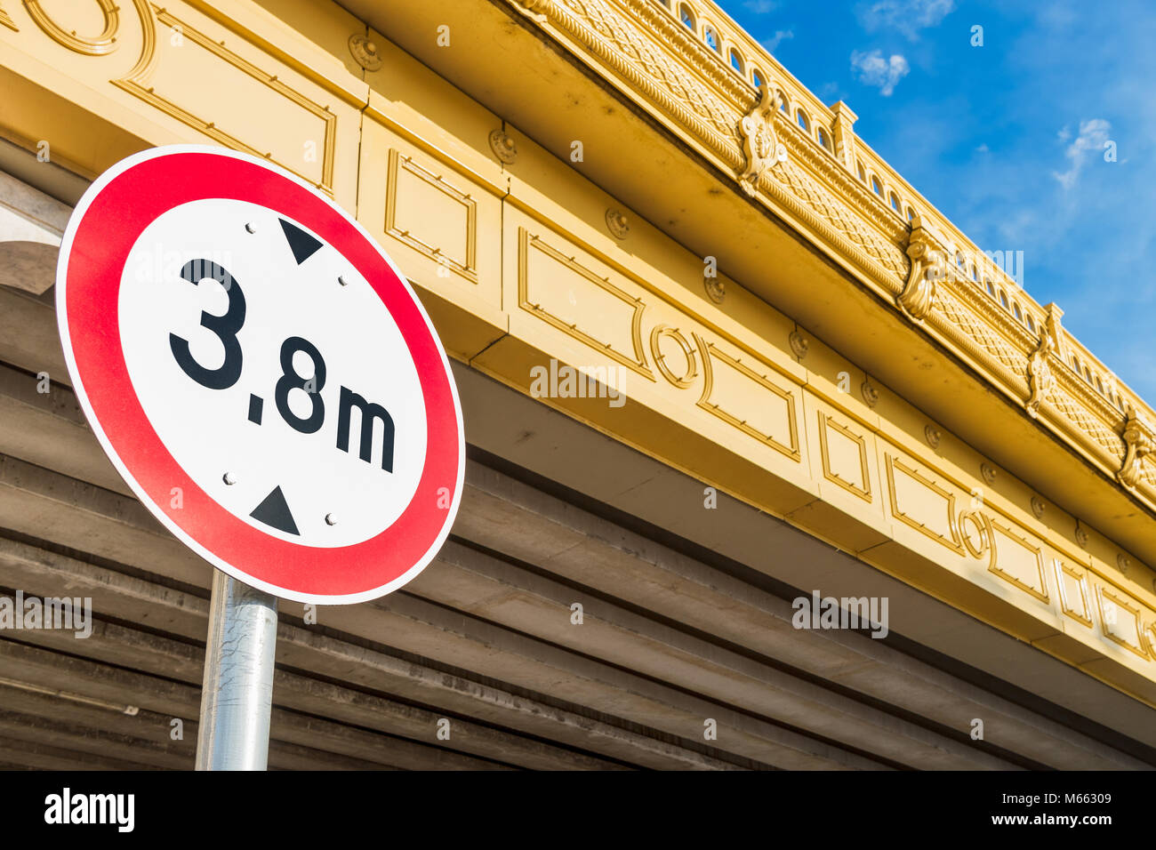 Faible réglementation circulaire pont panneau routier avec la bague rouge montrant la limite de hauteur sur Photo Stock