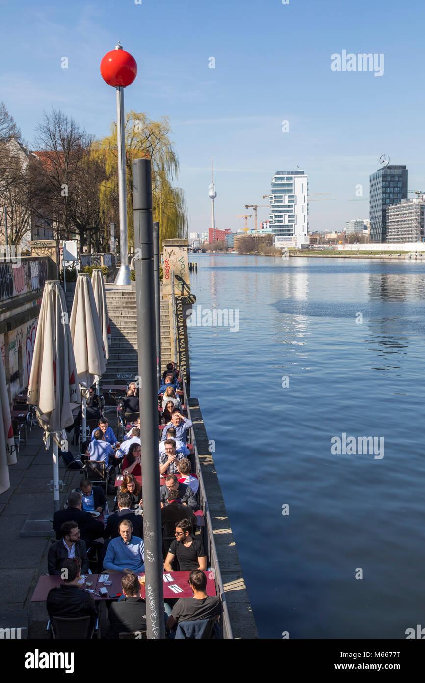Cafe, gastronomie sur la rivière Spree, Berlin, Allemagne Photo Stock