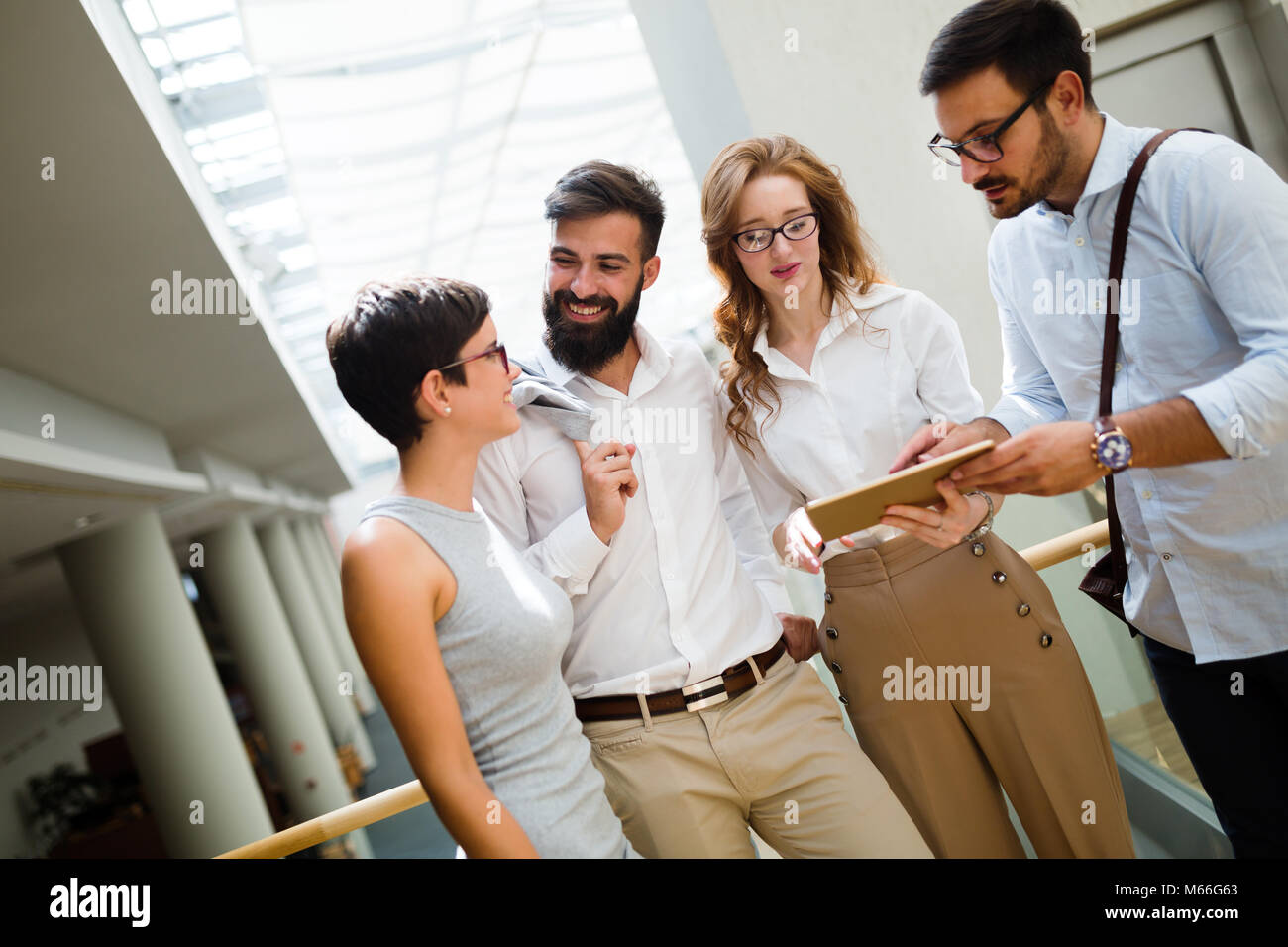 Portrait of businesspeople avoir du temps libre du travail Photo Stock