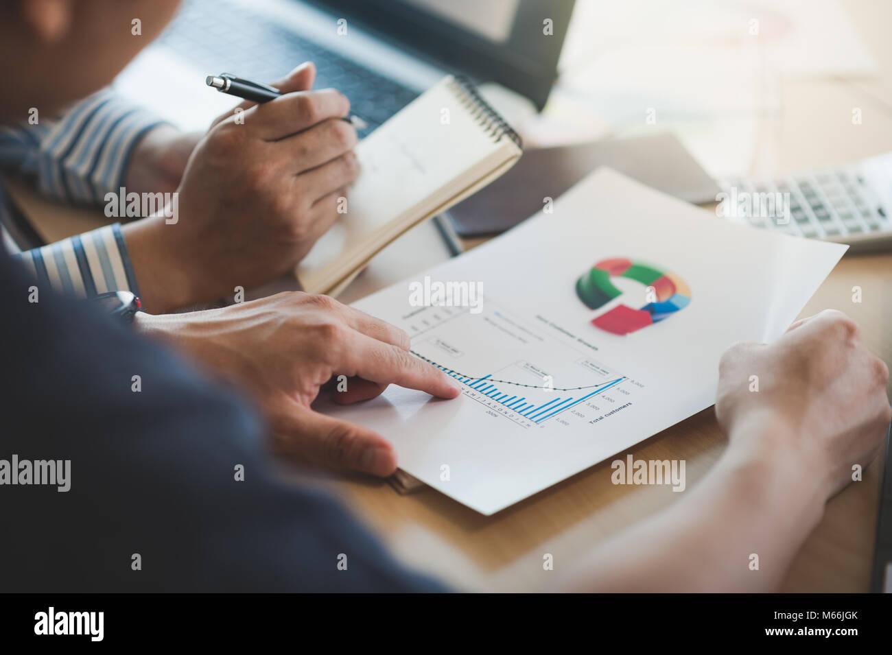 Businessman hand holding document en rapport avec la salle de réunion du bureau d'affaires discussion et Photo Stock