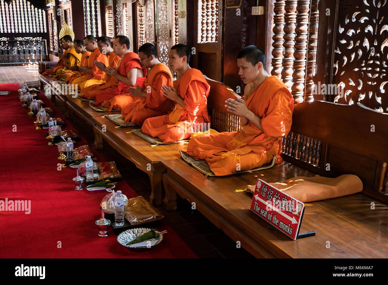 Le chant des moines Thaïlandais à Wat Lok Moli - traditionnellement beaucoup de jeunes garçons thaïlandais Photo Stock