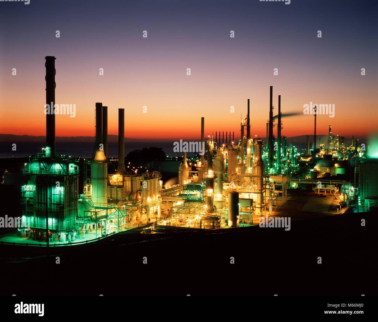Usine pétrochimique DE NUIT - ki8638 KRU001 TOURS HARS Photo Stock