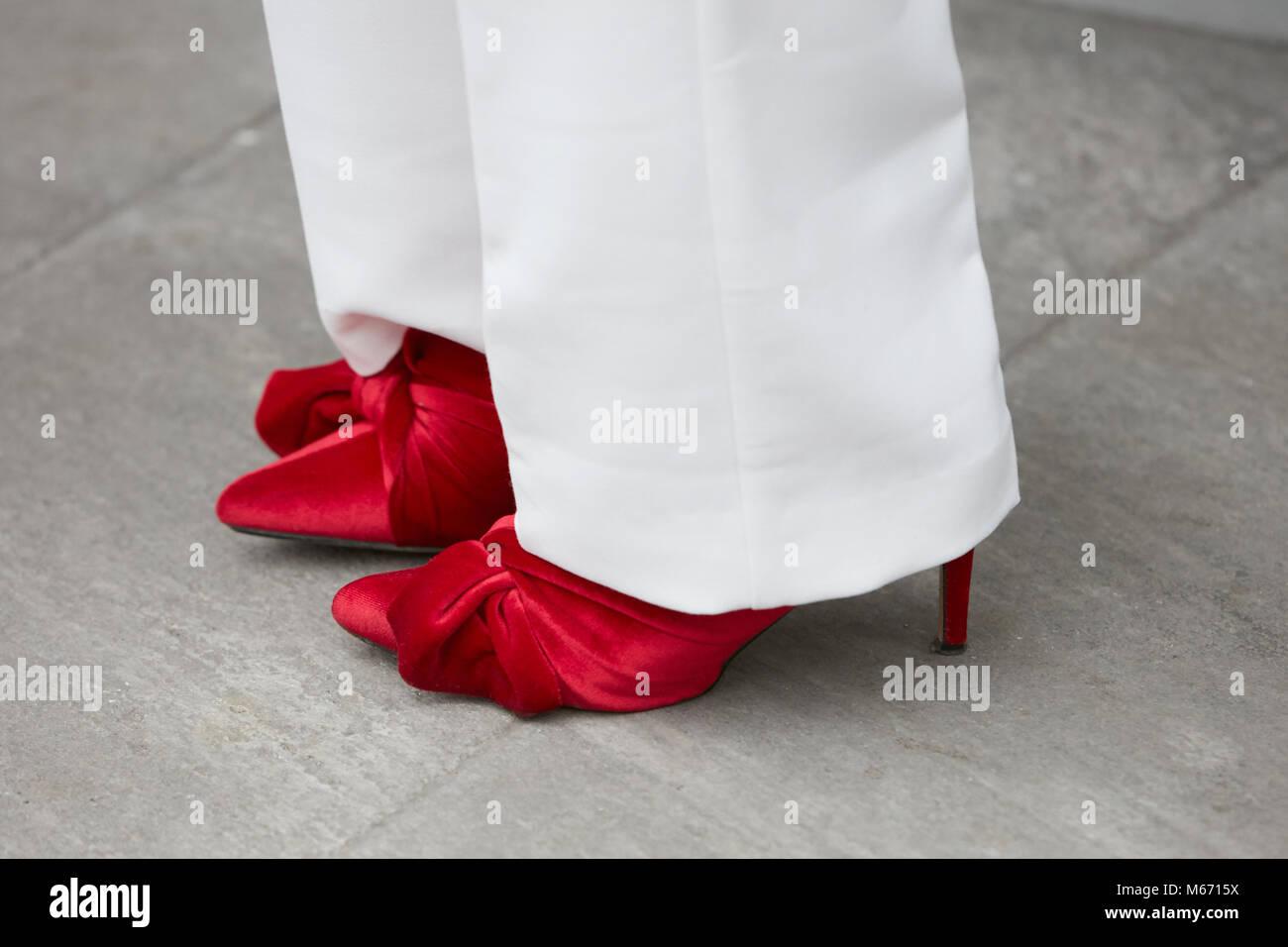 MILAN - 25 février   Femme avec des chaussures en velours rouge et un  pantalon blanc cd4f930c57a