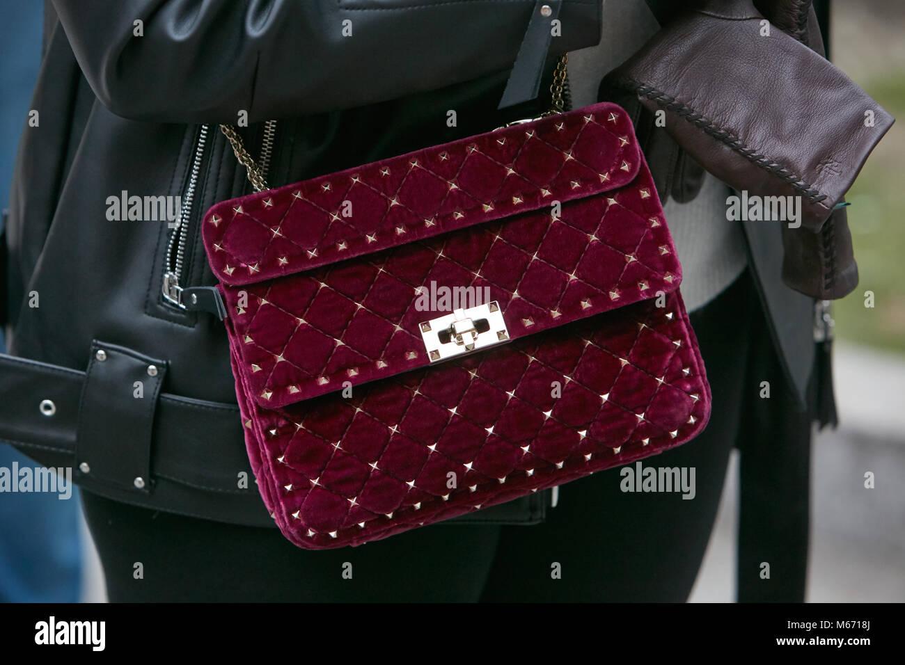 MILAN - 25 février   Femme avec sac de velours rouge foncé avec des clous d e3c9e58974c