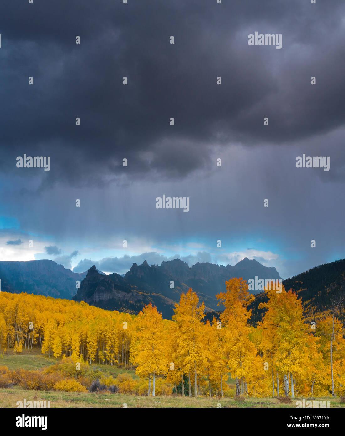 Approche de l'orage, trembles, Cimarron, crête, crête précipice Uncompahgre National Forest, Photo Stock
