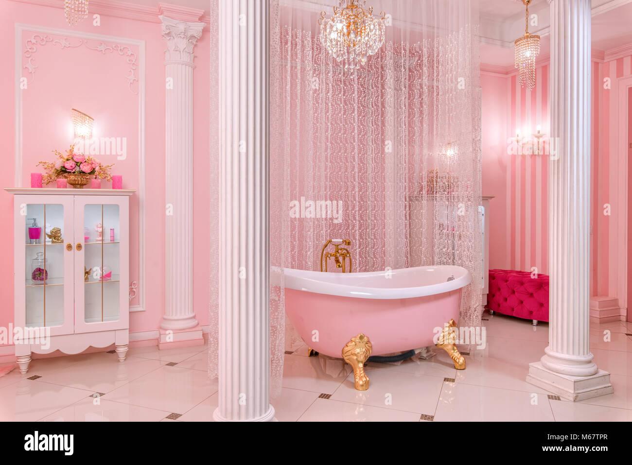 Bon Salle De Bains Spacieuse En Rose Photo Stock