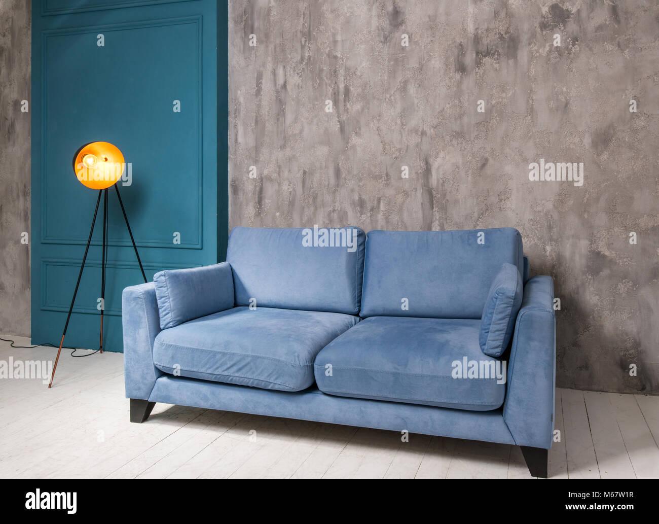 Intérieur salon avec canapé bleu et lampe retro Photo Stock