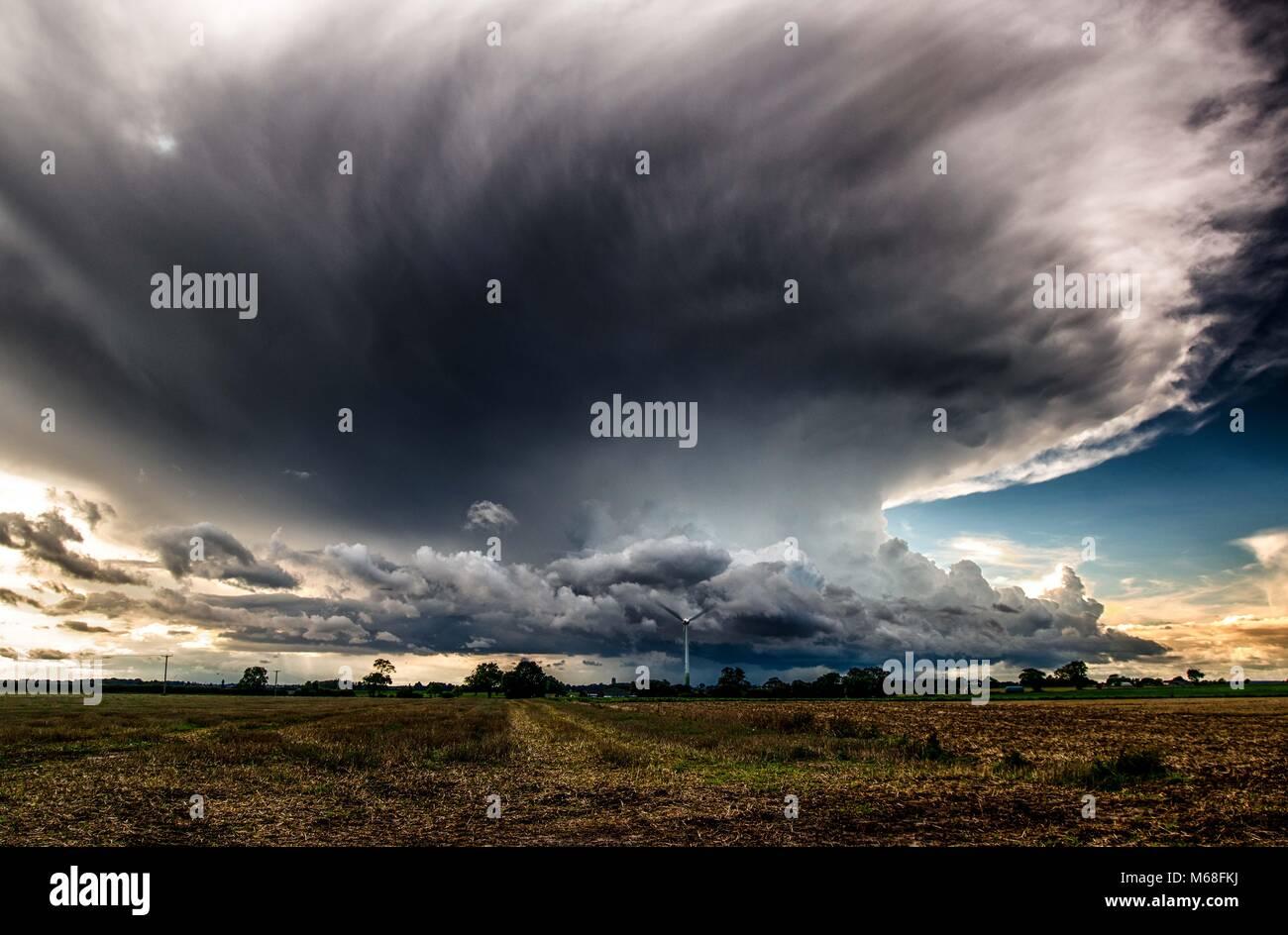 L'approche d'un orage au dessus du champs avec des nuages cumulus nimbus Banque D'Images
