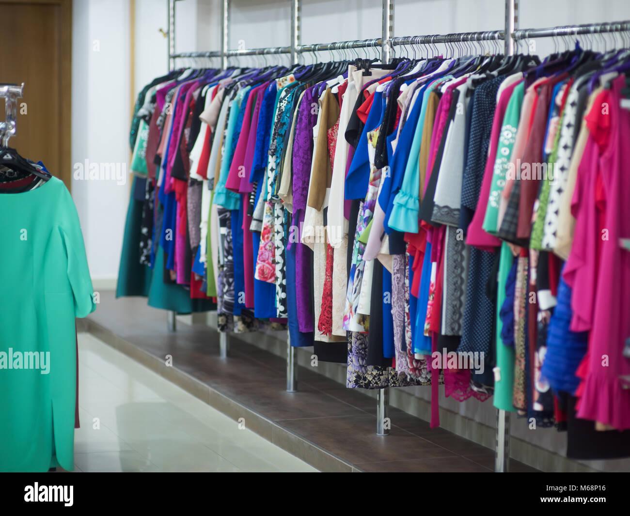 Pour Accrocher Les Vetements de beaux vêtements pour les vacances. robes accrocher sur le
