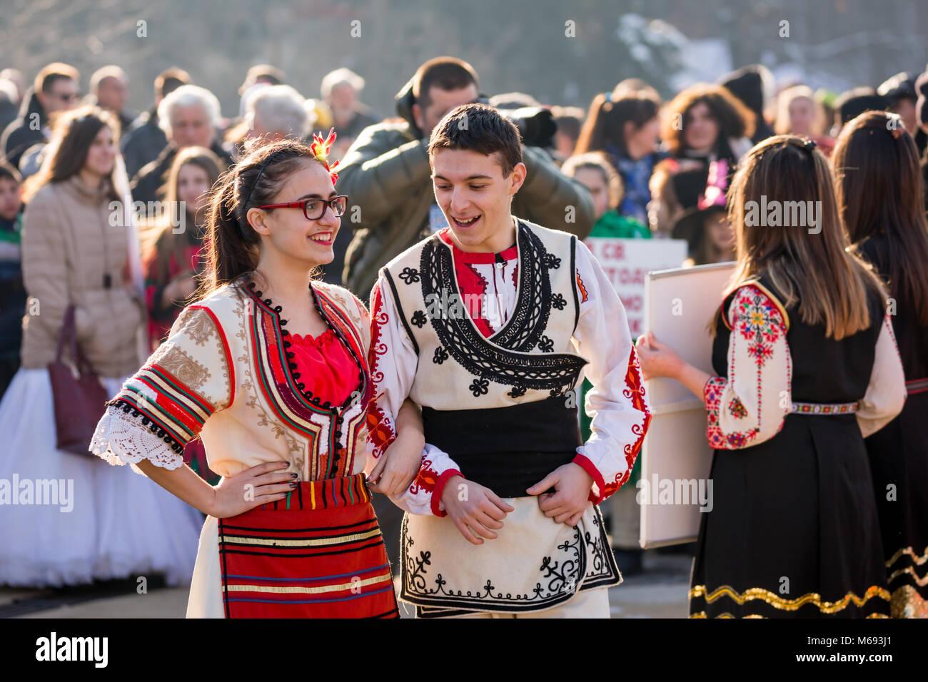 PERNIK, BULGARIE - 26 janvier 2018   Deux danseurs en costumes folkloriques  bulgares, des 89d1910cb78