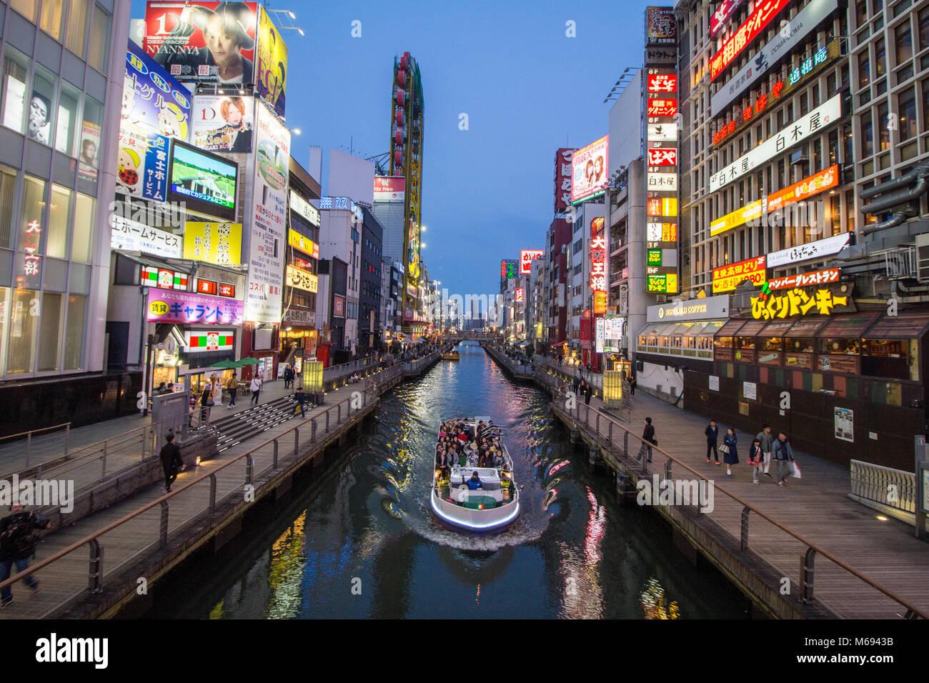 Vie nocturne en début de soirée dans le quartier animé autour de Dotonbori, Osaka, Japon Photo Stock