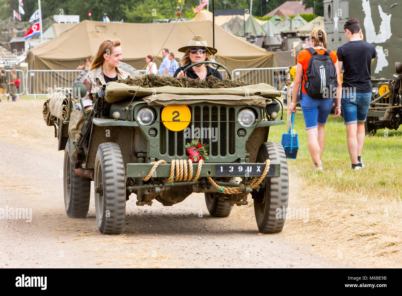 Deux jeunes femmes d'une Willys Jeep à une guerre et paix réunion de réveil. Photo Stock