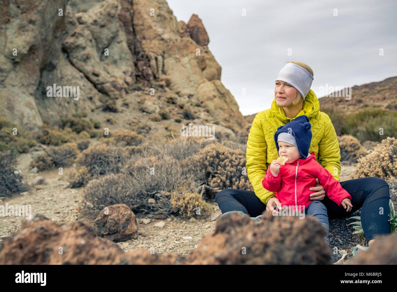 Heureuse fête avec petit garçon voyageant dans les montagnes. Randonnées et camping aventure avec Photo Stock