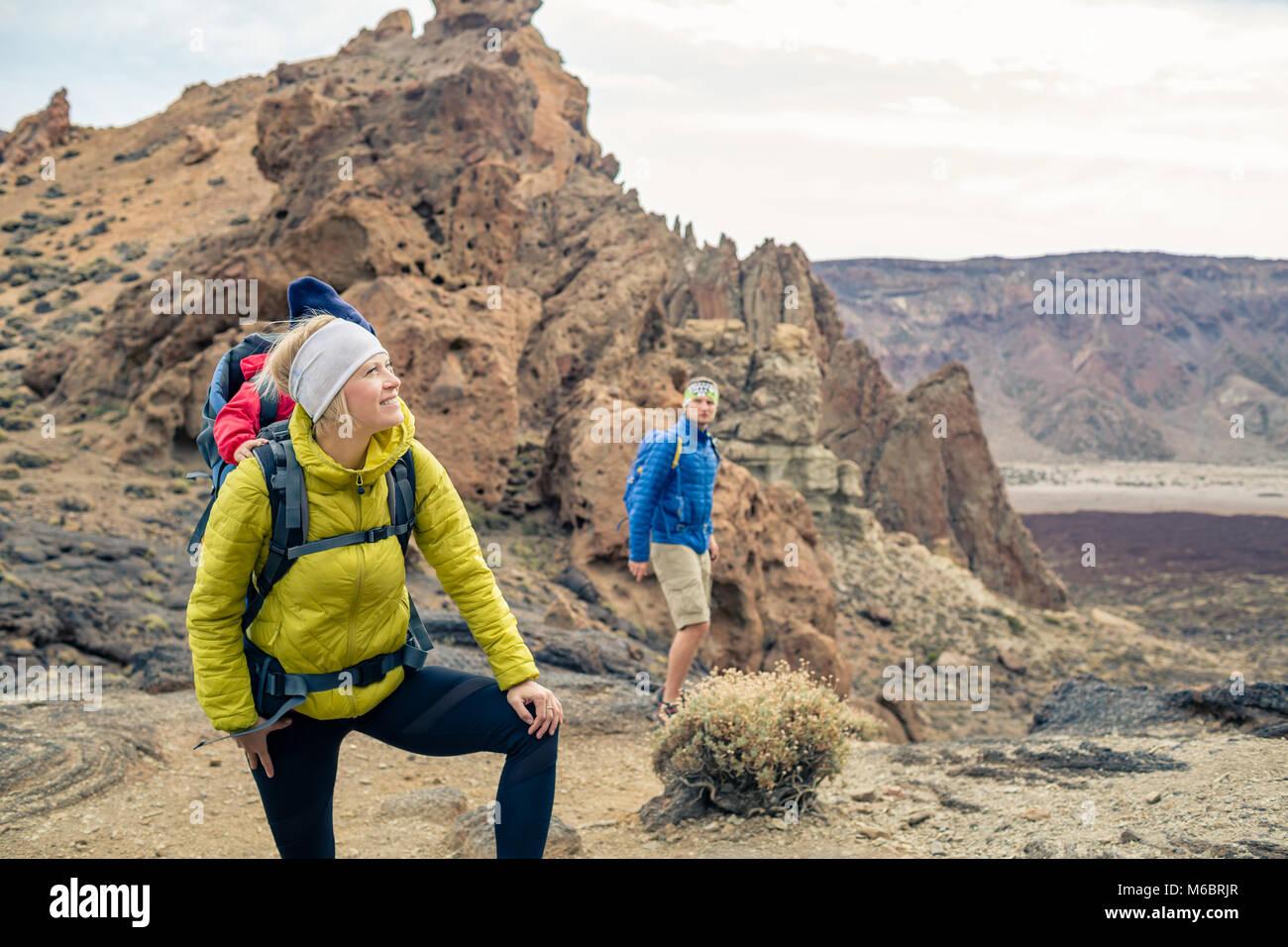 Couple hiking with baby boy voyager en sac à dos. Randonnées aventure avec enfant sur l'automne voyage Photo Stock