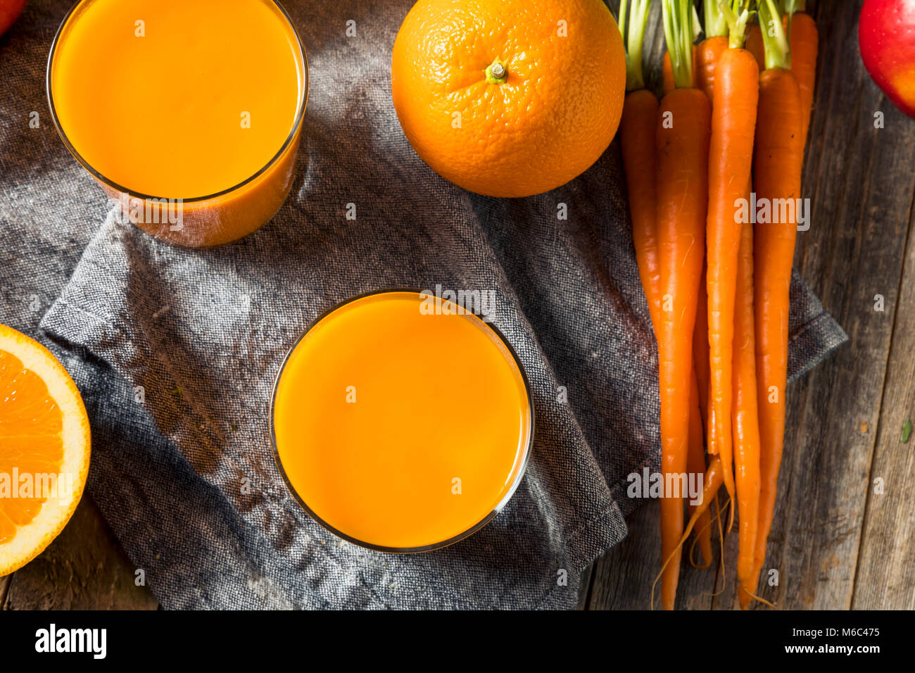 Smoothie carotte orange organique saine boisson de jus de mangue et de banane avec Photo Stock