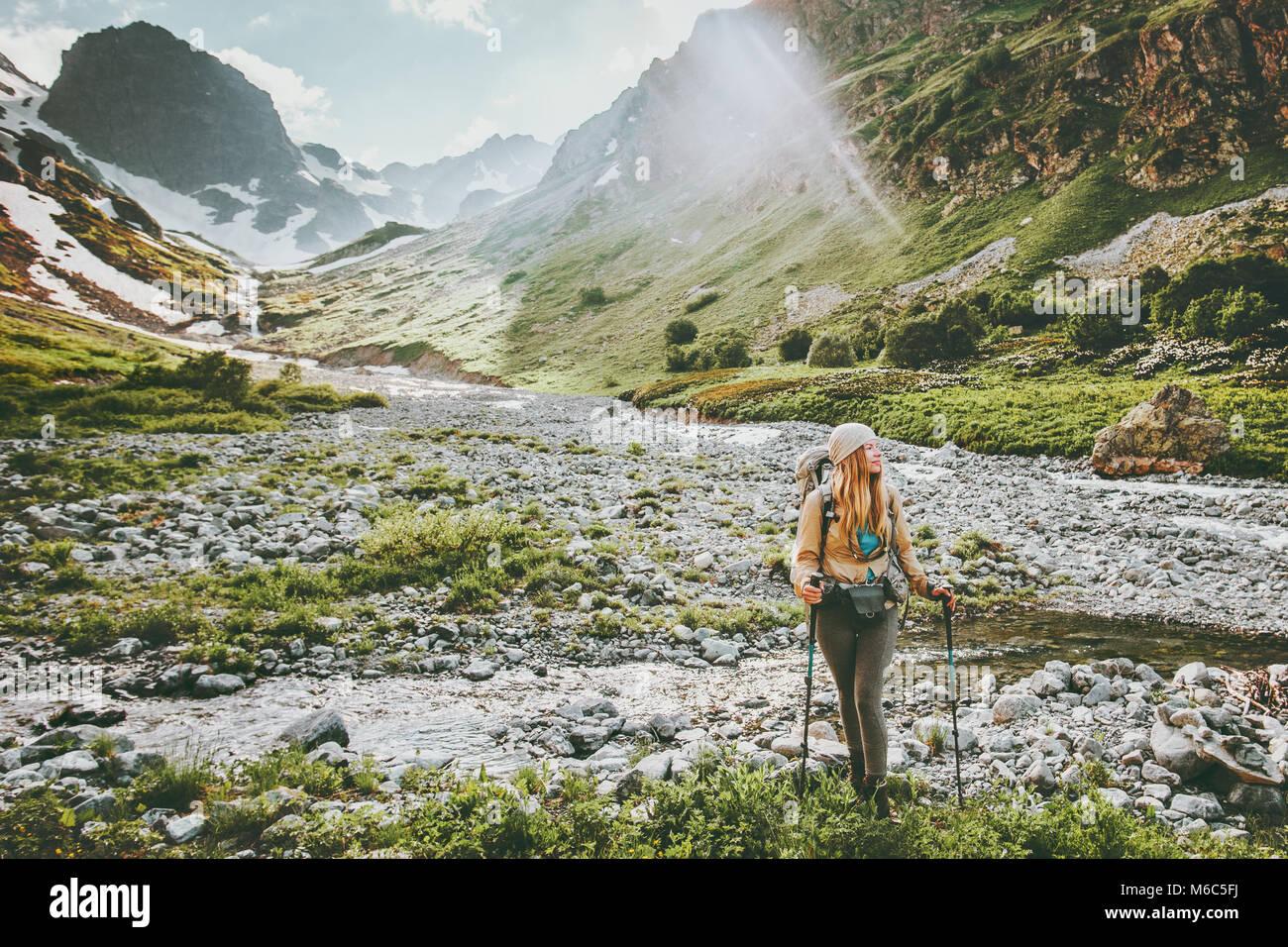 Randonnées en montagne femme backpacker style d'aventure concept active vacances estivales en plein air Photo Stock