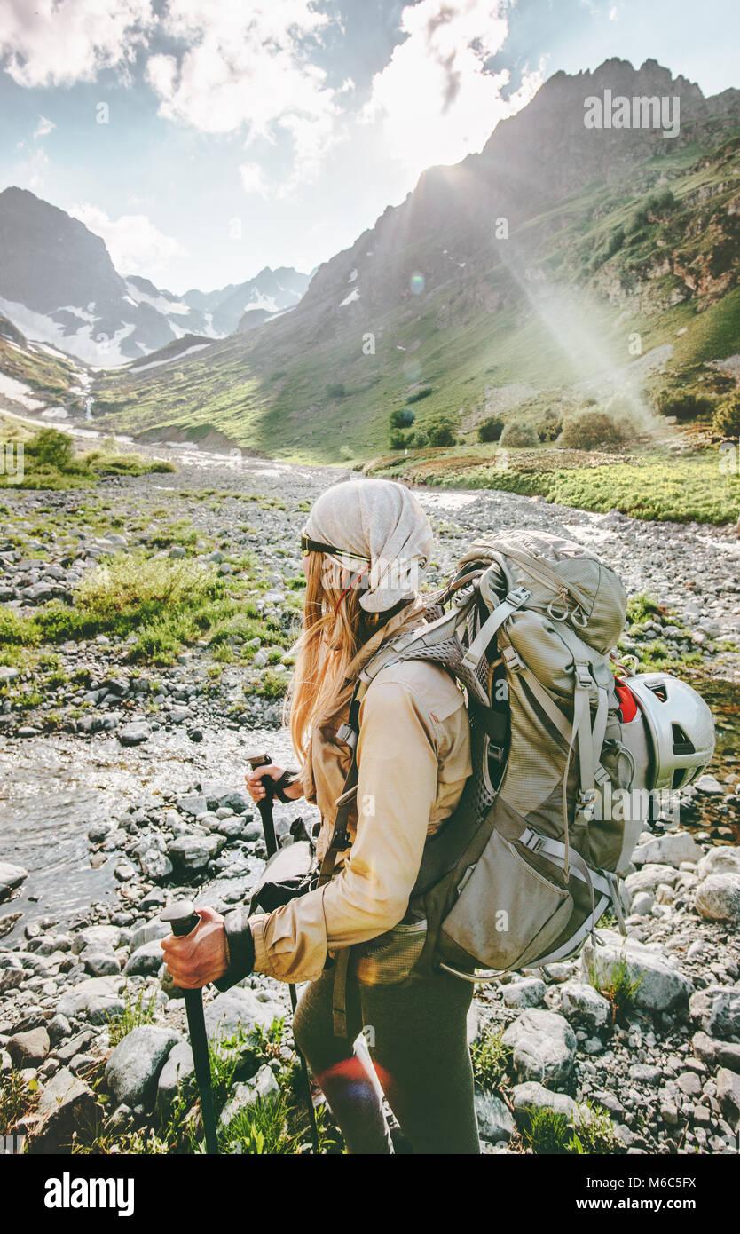 Femme randonneur en montagne vie d'aventure concept active vacances estivales en plein air le sport Photo Stock