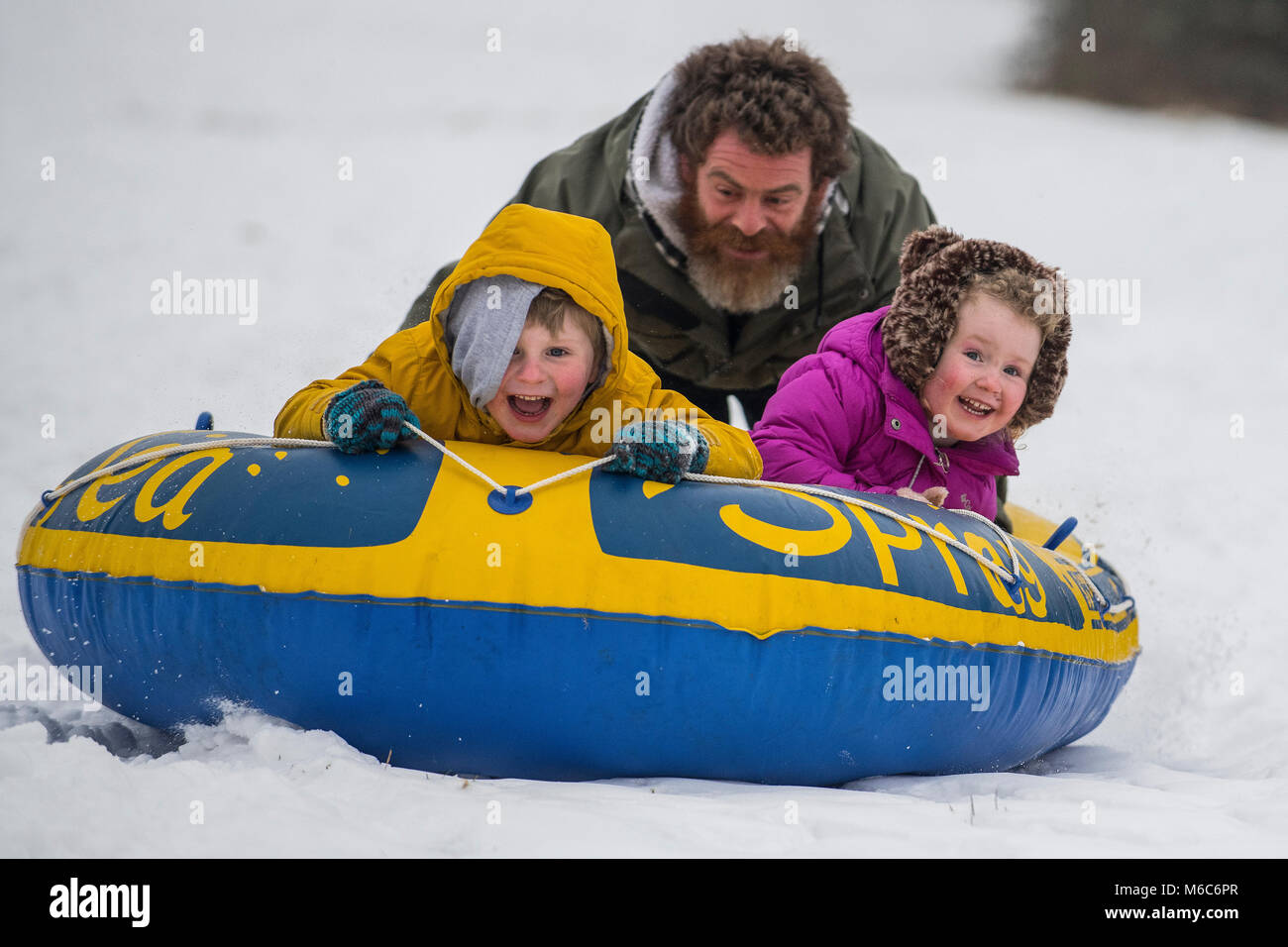 Phil Rogers et enfants Rocco et Ruby bob à l'aide d'un canot pneumatique à Batheaston dans Somerset Photo Stock