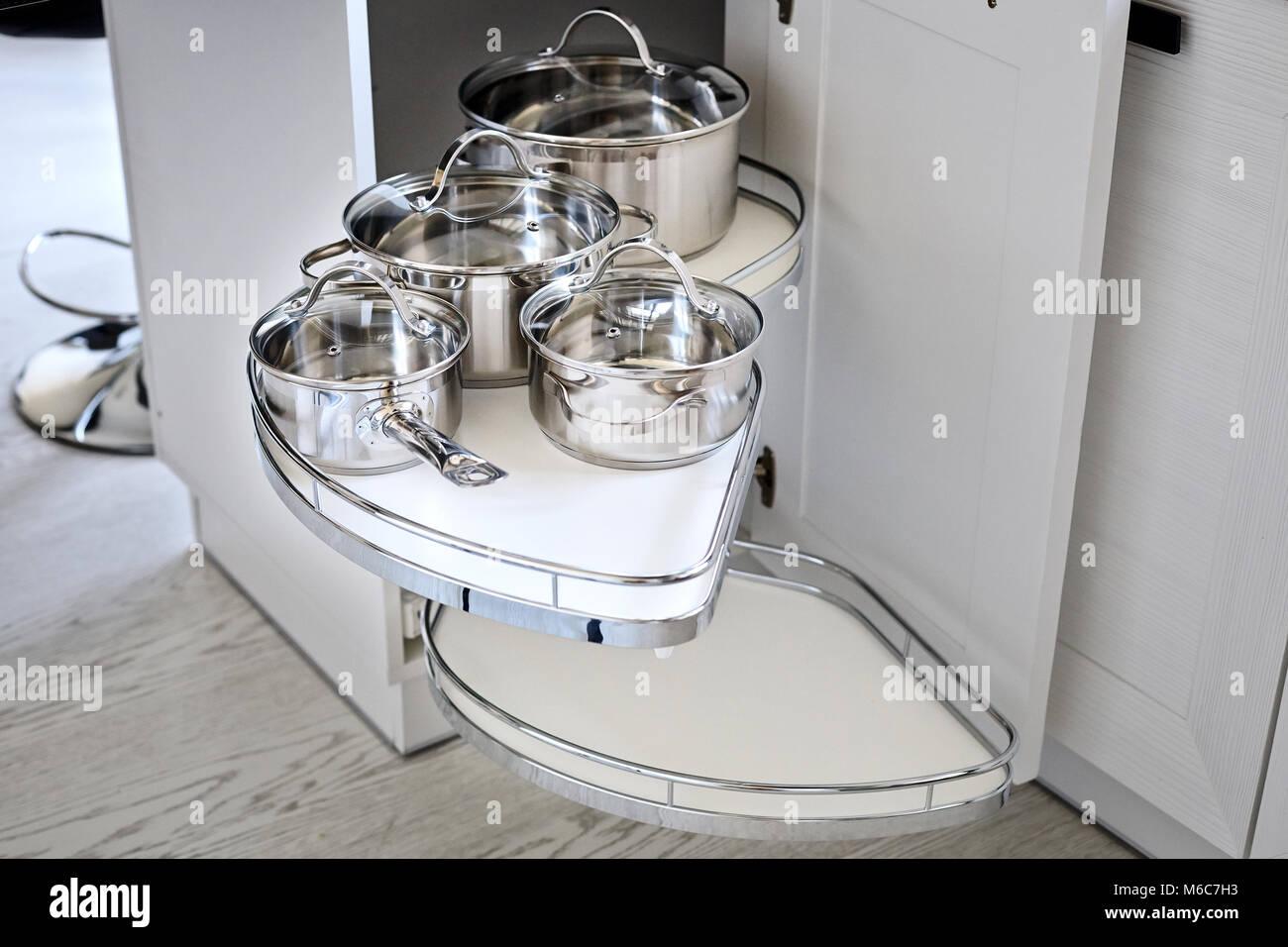 Solution pour un coin cuisine dans une armoire de stockage. Une unité de coin avec des étagères pour Photo Stock