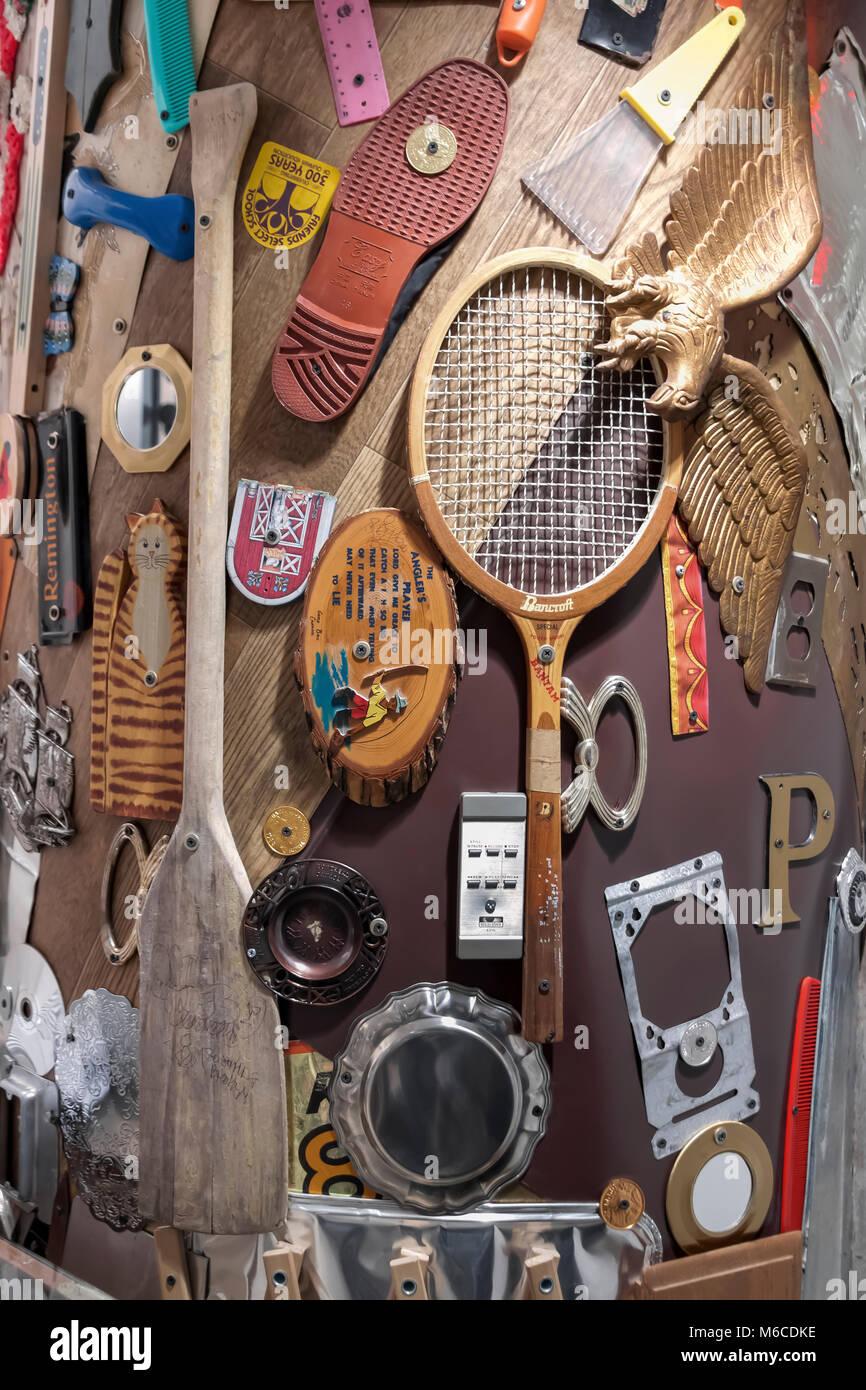 Un art collage d'articles accueil organisé et agrafée à un mur. Photo Stock