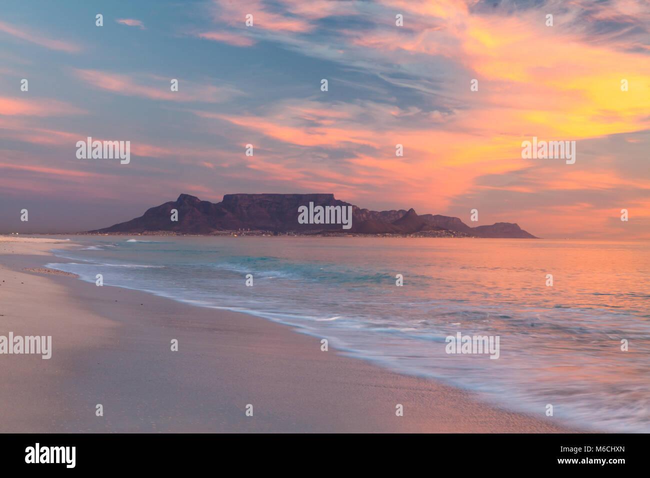Vue panoramique sur la montagne de la table Cape Town en Afrique du Sud, du coucher du soleil à blouberg Photo Stock