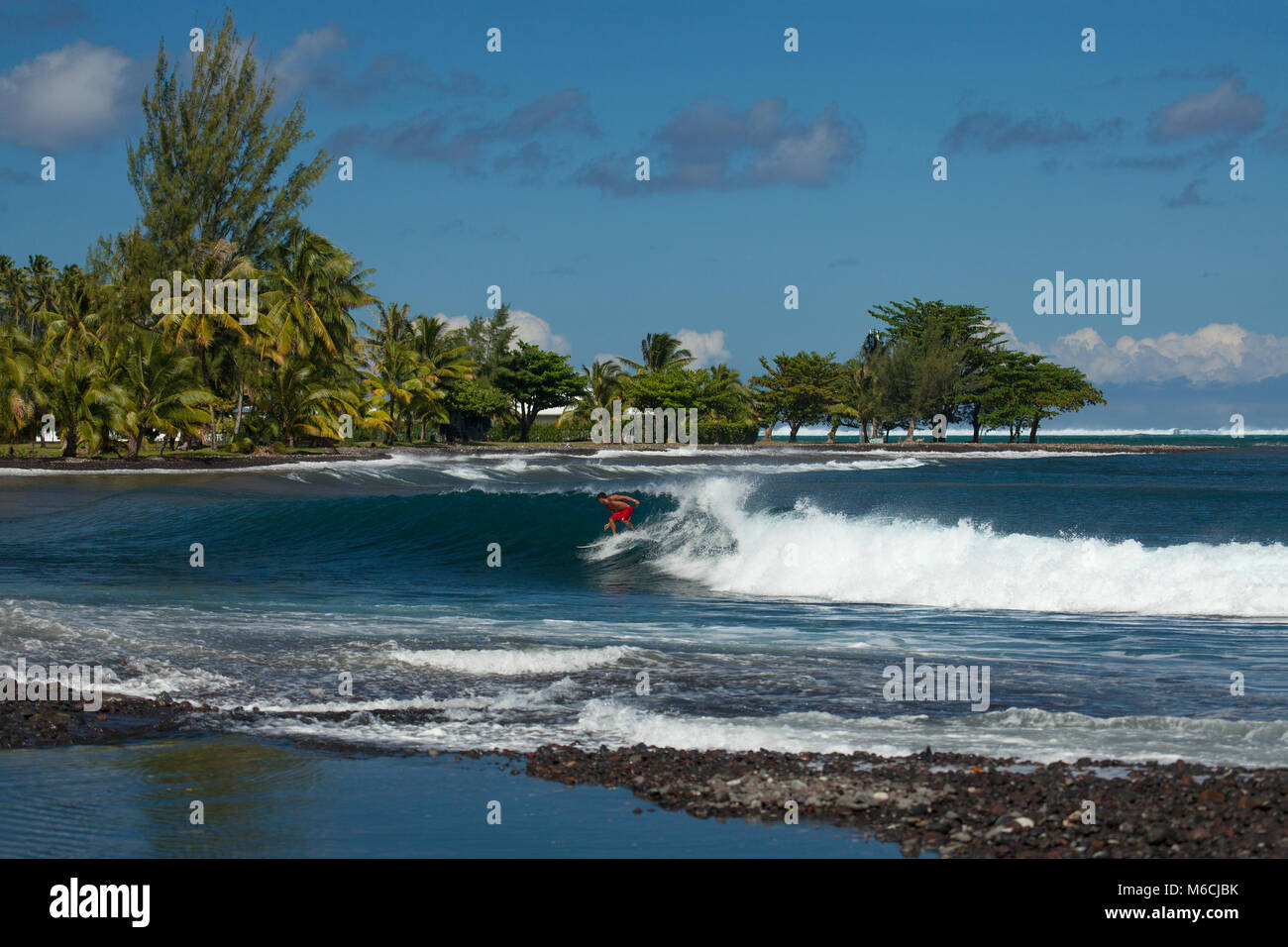 Le surf, la plage de Teahupoo, Tahiti, Polynésie Française Banque D'Images