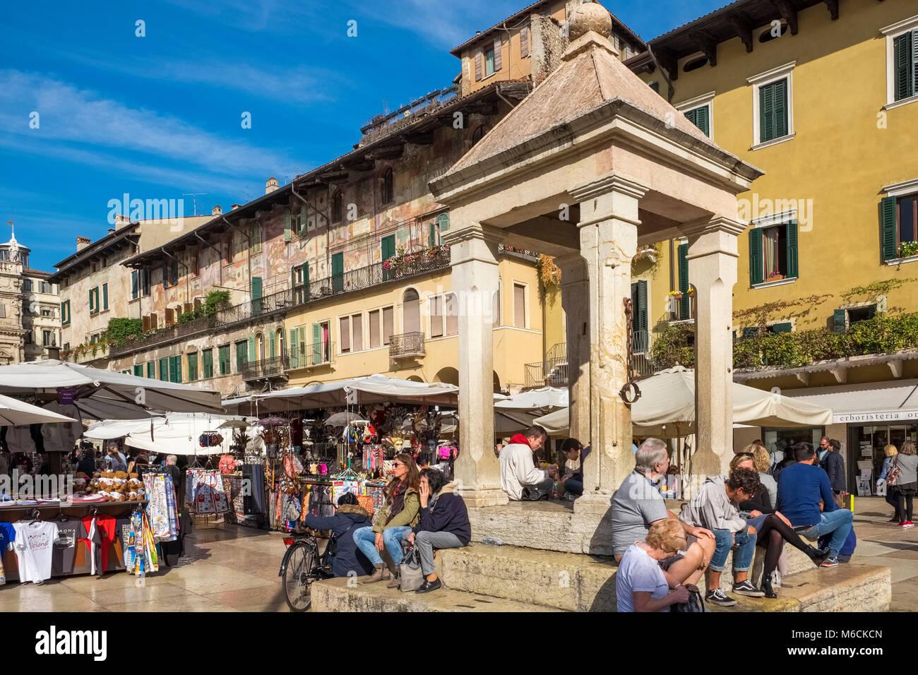 La rue du marché de la Piazza delle Erbe, Vérone, Italie Photo Stock