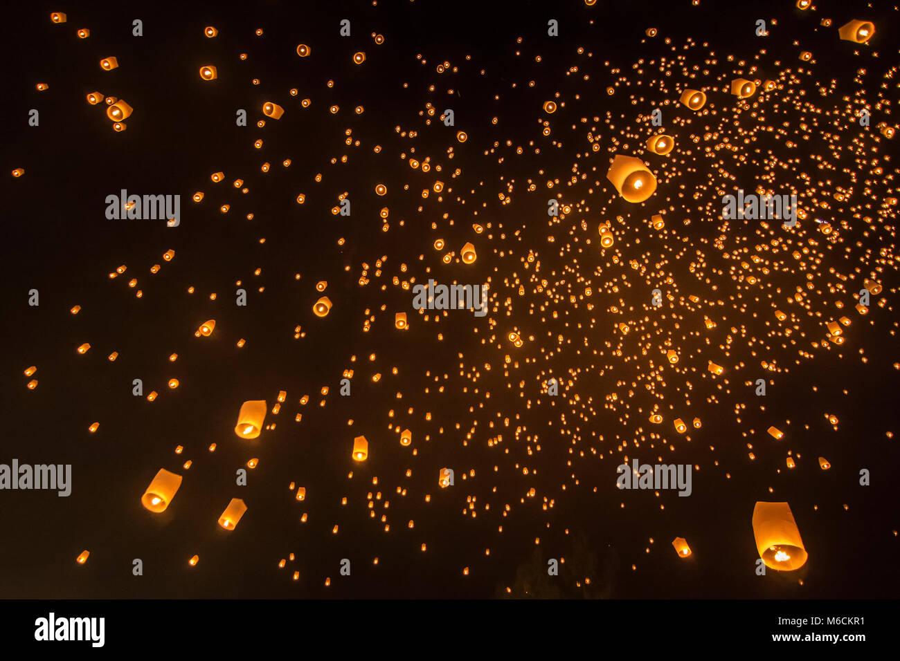Un grand nombre de lanternes feu flotte sur ciel de nuit dans la région de Loy Krathong festival à Chiang Mai, Thaïlande. Banque D'Images