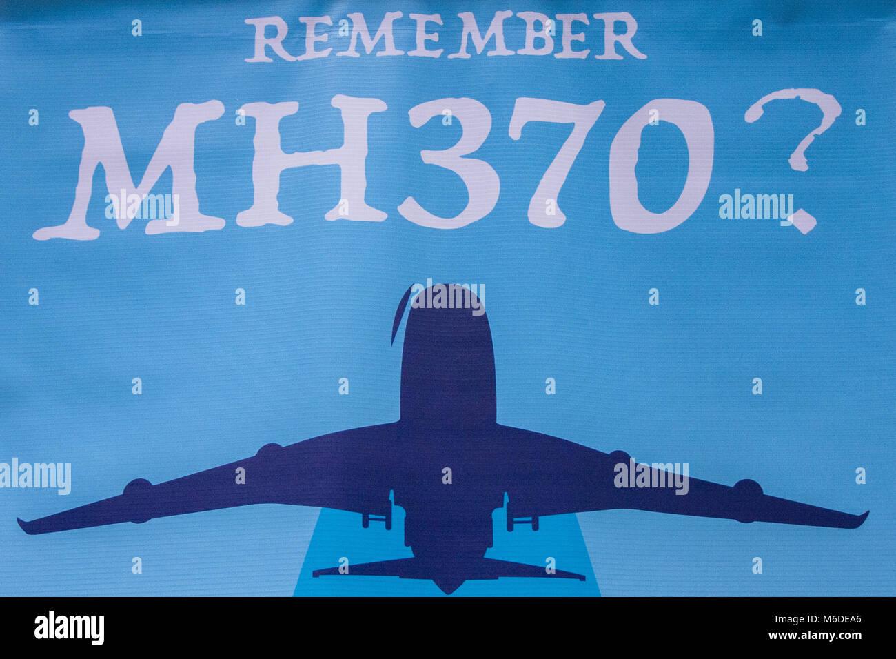"""Kuala Lumpur, Malaisie, KL. 3e Mar, 2018. Un MH370 poster vu à la 4e Conférence annuelle de MH370 Souvenir événement. Des centaines de personnes s'étaient réunis dans le """"Se souvenir de MH370? Ce n'est pas l'histoire, c'est notre avenir'' est la 4ème MH370 Souvenir manifestation organisée par la voix370 MH370 Family Support Group tenu à Publika, Kuala Lumpur le 3 mars 2018. Credit: ZUMA Press, Inc./Alamy Live News Banque D'Images"""