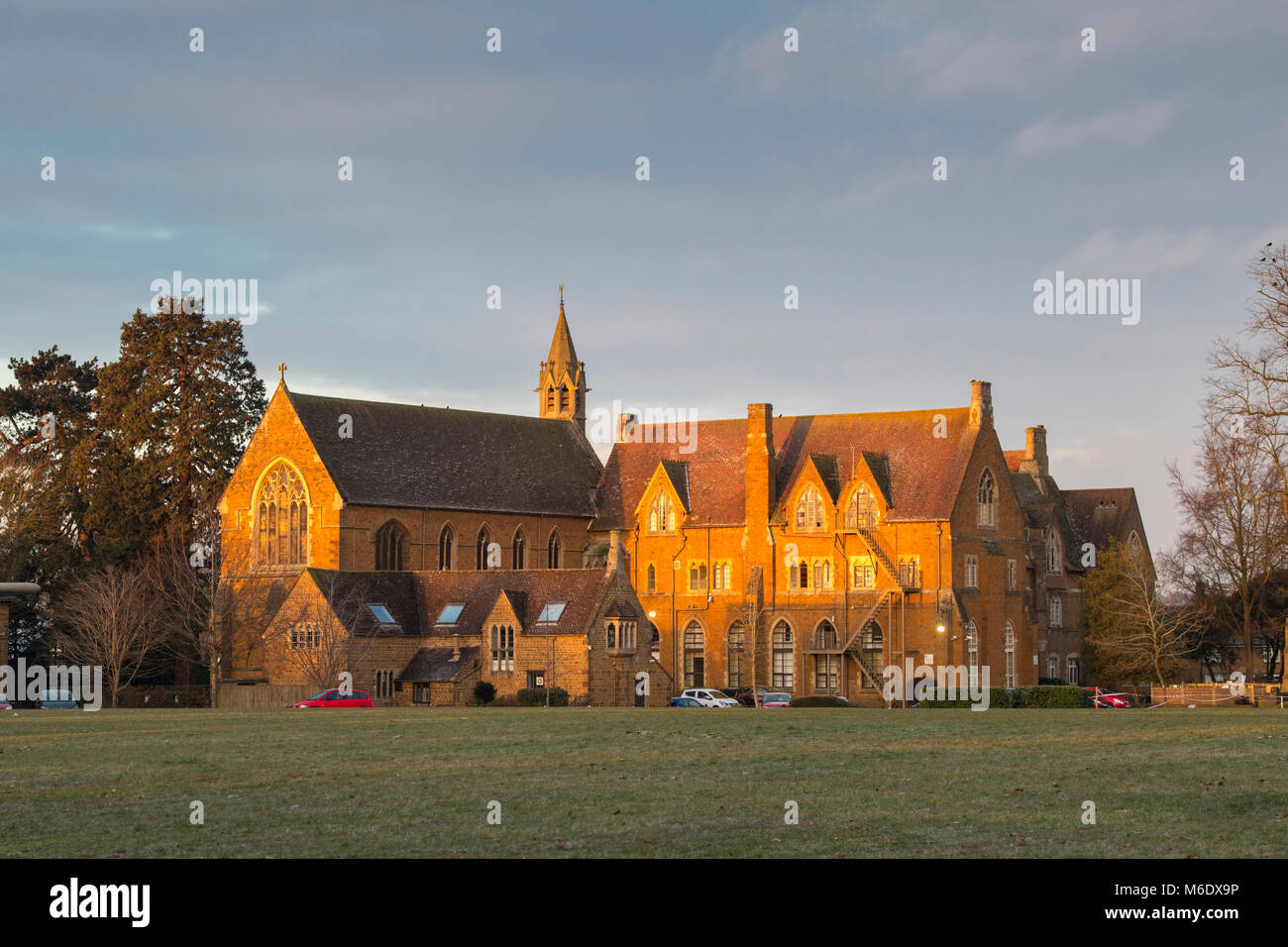 Bloxham School / All Saints' School à la lumière du soleil d'hiver tôt le matin. Bloxham, Photo Stock
