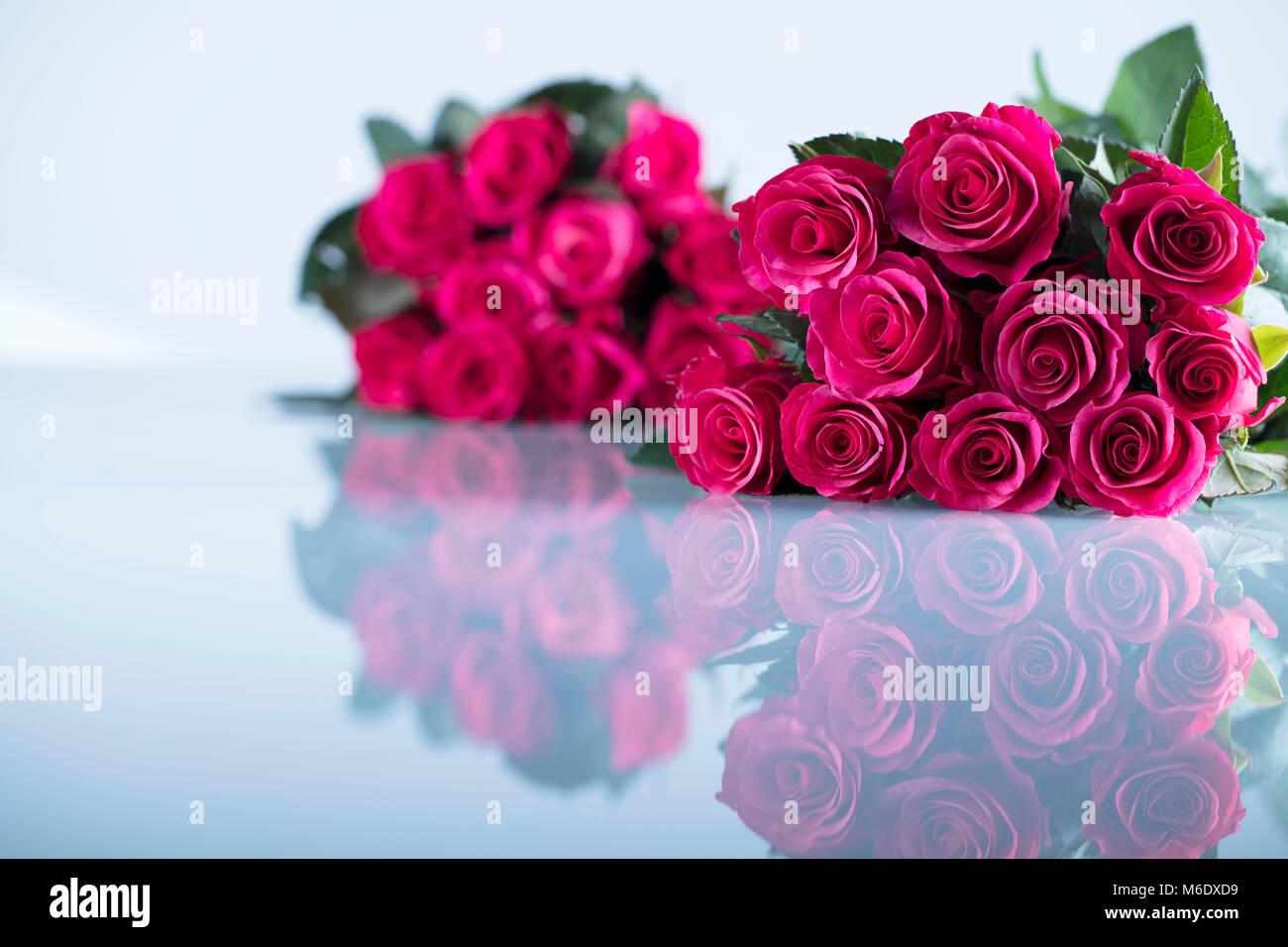bouquet de roses rouges et des boîtes en forme de coeur avec des