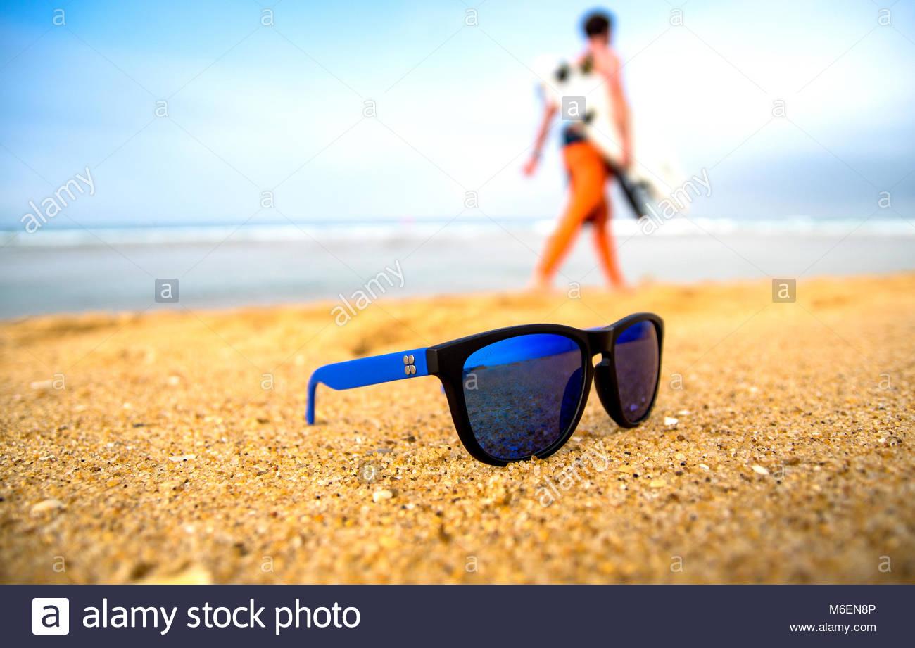 Lunettes de soleil sur le sable à Hossegor, France Photo Stock f31f949f5076