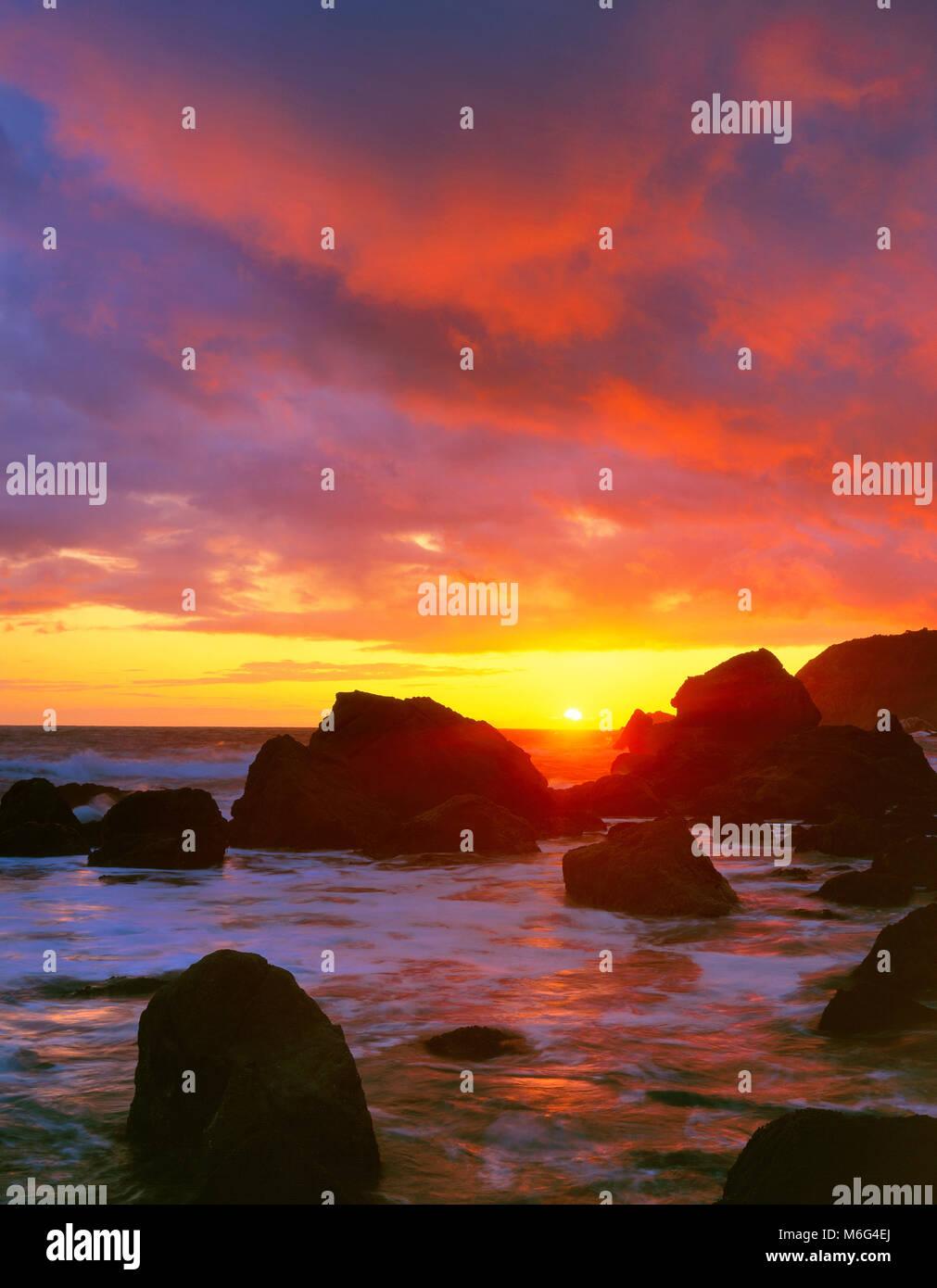 Le coucher du soleil, faites glisser plage, aire de loisirs nationale du Golden Gate, le comté de Marin, en Photo Stock