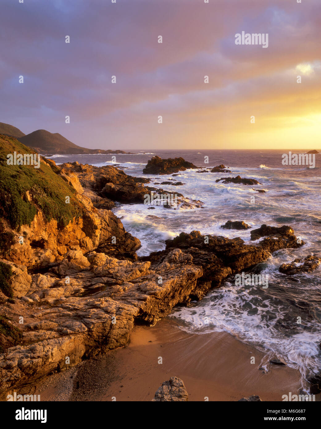 Coucher du Soleil, surf, Garrapata State Park, Big Sur, Monterey County, Californie Photo Stock